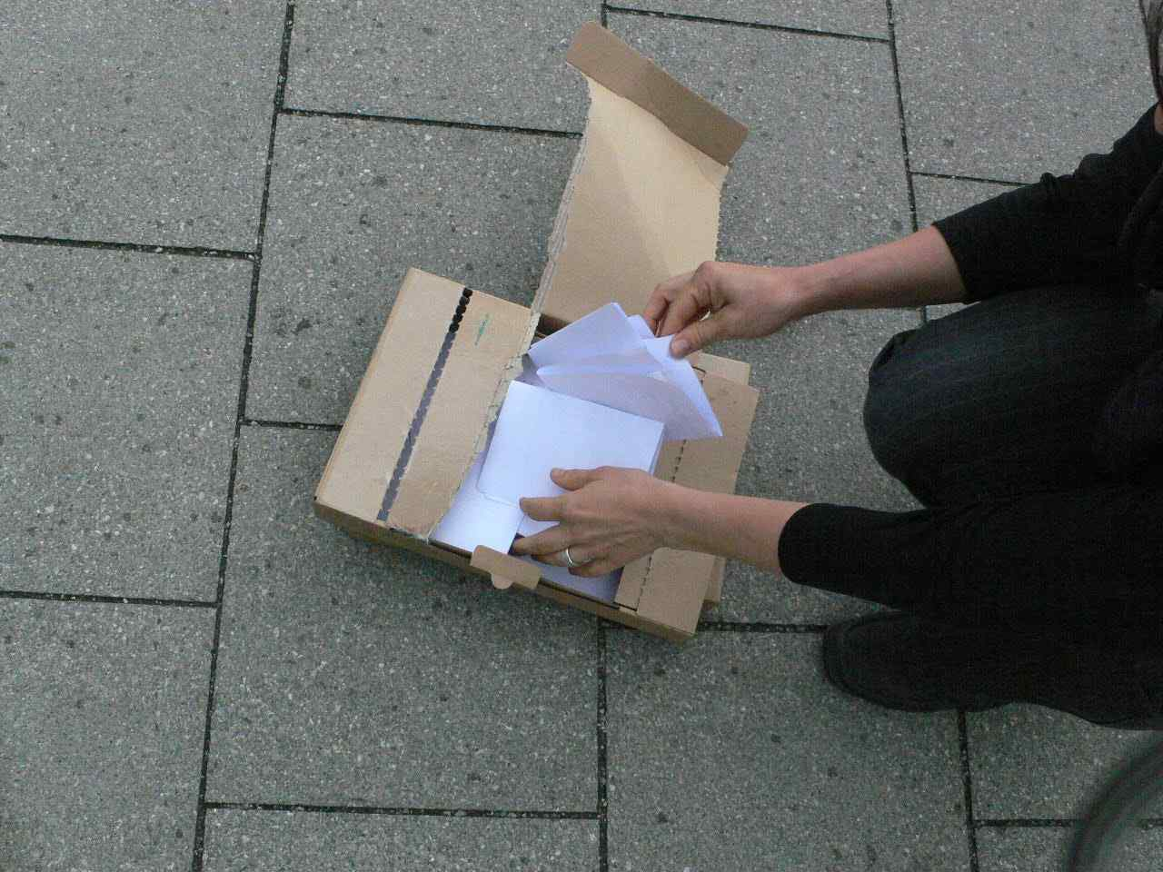 Das Los entscheidet / Drawing The Name Out Of The Box